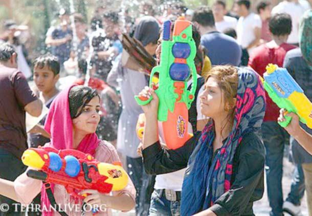 آب پاشی دختران و پسران در تهران؛ اعتراضی به رنگ تفریح/علی صدیقی