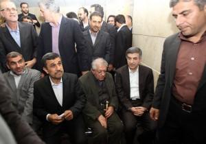 عزت الله انتظامی در میان رحیم مشائی و محمود احمدی نژاد در روز ثبت نام رحیم مشائی برای کاندیدایی ریاست جمهوری