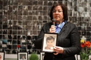 آنتونلا مگا در هر مراسمی برای آزادی زندانیان سیاسی شرکت می کند و از حمید می گوید