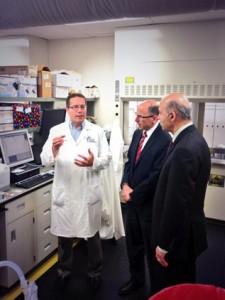 بازدید وزیر تحقیقات و نوآوری از مرکز پژوهش سرطان