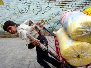 کودکان کار سنگین ترین کارها را با سن کم و جثه کوچک مجبورند انجام دهند