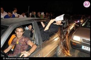 شادی مردم در پی برگزاری انتخابات و خوانده شدن رای شان