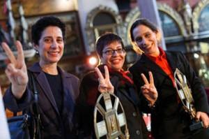 از راست رویا برومند، شادی صدر، لادن برومند به هنگام دریافت جایزه حقوق بشر لخ والسا