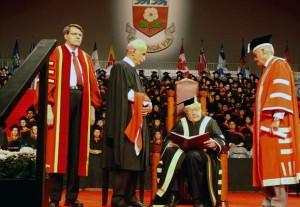 دکتر لاهیجی دکترای افتخاری حقوق دانشگاه یورک را به نیابت از نسرین ستوده دریافت کرد