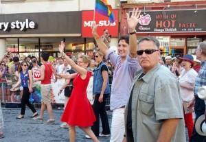 خانم کاتلین وین اولین نخست وزیر زن و اولین نخست وزیر آشکارا همجنس گرای انتاریو در کنار جاستین ترودو رهبر حزب لیبرال کانادا در رژه غرور همجنس گرایان در تورنتو