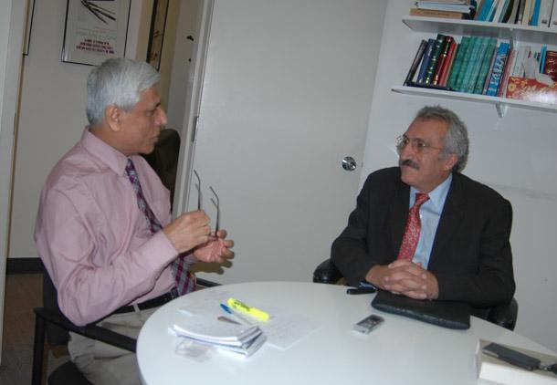 از راست : عباس میلانی- حسن زرهی