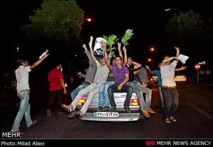 شادی جوانان پس از اعلام نتایج انتخابات ریاست جمهوری در ایران