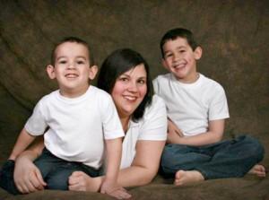 دو برادر پنج و هفت ساله در کنار مادرشان