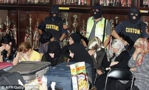 تعدادی از زنانی که در فرودگاه مالزی دستگیر شده اند