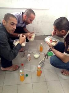 بعضی از ملاقات کنندگان گاهی زندانیان را به ناهار میهمان می کنند