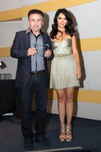 عارف محمدی (چپ) جایزه بهترین داستان یک فیلم مستند را از نازنین بنیادی دریافت کرد