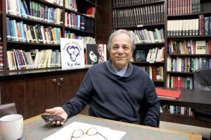 مهندس احمد تبریزی رئیس بنیاد پریا در کتابخانه ی این بنیاد با شهروند به گفت وگو نشست