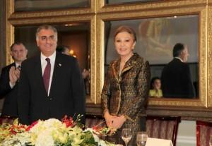 فرح پهلوی در کنار رضا پهلوی در دیدار با ایرانیان تورنتو