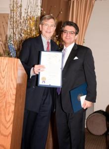 اهدای تقدیرنامه از سوی شهردار پاسادنا به دکتر علی نیری