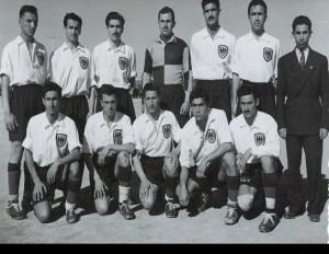 عباس اکرامی با لباس شخصی در کنار بازیکنان تیم شاهین