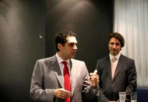 وینس گاسپارو در کنار جاستین ترودو رهبر حزب لیبرال