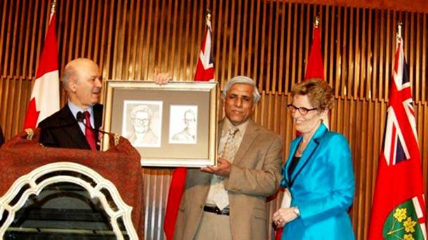 دکتر رضا مریدی و حسن زرهی تابلویی از کارتون های توکا نیستانی را به خانم کاتلین وین اهدا کردند