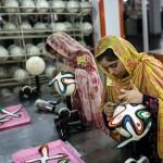 زنان هندی و بنگلادشی در حال درست کردن توپ های جام جهانی