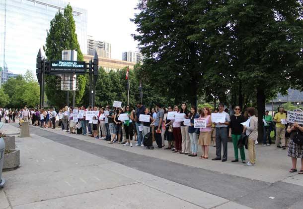 گردهمایی ایرانی ـ کانادایی ها در اعتراض به لایحه سی-۲۴ و تقسیم شهروندان به درجه یک و دو در تورنتو/ گزارش: مهدی ترابی کیا