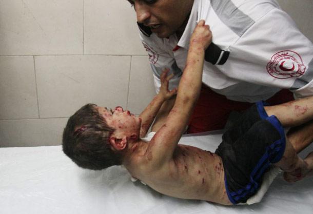 کودک زخمی ساکن غزه مامور اورژانس را رها نمی کند