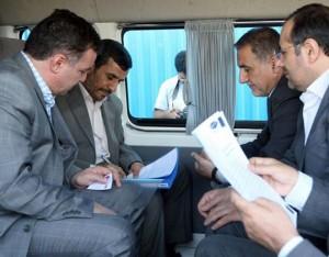 محمدرضا زنوزی مطلق همراه با احمدی نژاد در حال رتق و فتق امور مالی