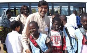 کایلاش ساتیارتی در کنار کودکان آفریقایی