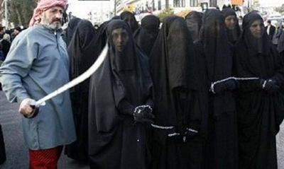 دختران و زنان جوان ایزدی را برای فروش در بازار عرضه می کنند