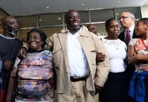 دیوید مک کالوم به همراه خانواده در بیرون دادگاه