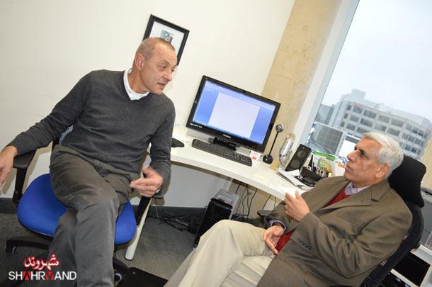 حمید شوکت (چپ) در دفتر  حسن زرهی