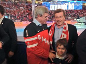 جان توری (راست) شهردار تورنتو در کنار استفان هارپر نخست وزیر کانادا در جایگاه تماشاگران مسابقه