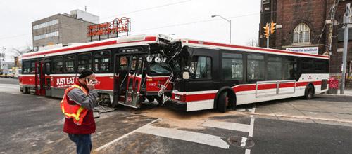 چهار نفر بر اثر تصادف اتوبوس و تراموا در تورنتو مجروح شدند