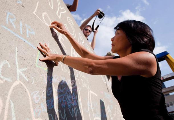 اولیویا چاو همچون صدها تن دیگر که دیوارهای شهرداری تورنتو را با نوشته های خود برای جک لیتون پر کردند، برای جک پیام می نویسد