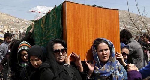 زنان کابل تابوت فرخنده را حمل کردند