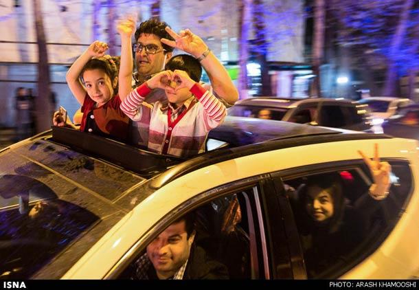 شادی مردم پس از اعلام تفاهم هسته ای در خیابان های تهران