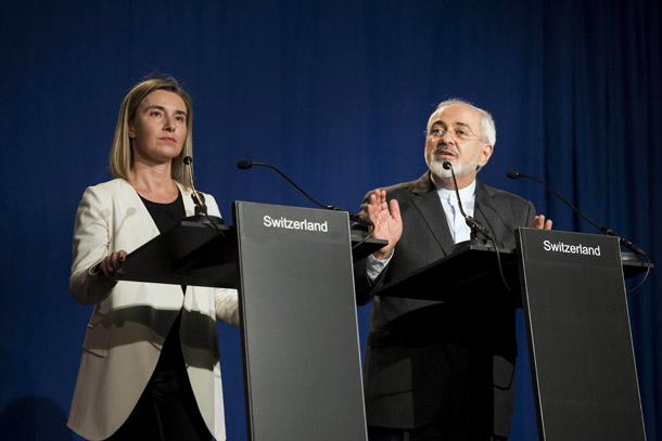 جواد ظریف وفدریکا موگرینی از اتحادیه اروپا بیانیه را به انگلیسی و فارسی در کنفرانس مطبوعاتی خواندند