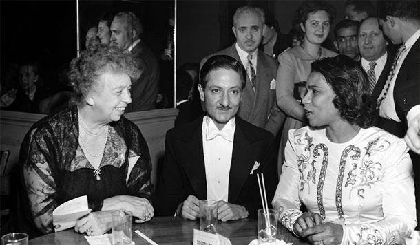 الینور روزولت، رئیس کمیسیون حقوق بشر؛ نصرالله انتظام، ریاست پنجمین دورۀ مجمع عمومی سازمان ملل؛ و مارین اندرسن، خواننده محبوب امریکایی؛ در خانۀ اپرای متروپولیتن نیویورک به مناسبت کنسرتی در 10 دسامبر 1950 برای بزرگداشت روز حقوق بشر در دومین سالگرد تصویب اعلامیۀ جهانی حقوق بشر. عکس شمارۀ 845771، آرشیو سازمان ملل