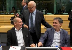 وزیر دارایی جدید یونان Euclid Tsakalotos(راست) در کنار وزیر پیشین دارایی یانیس واروفاکیس در مذاکرات با اتحادیه اروپا
