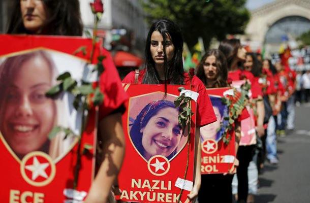 تظاهرات کردها در پاریس علیه بمباران کردها توسط ارتش ترکیه. آنها عکس کشته شدگان سوروچ را در دست داشتند