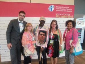 با پلاکارد اسماعیل عبدی در دست اعضای فدراسیون جهانی معلمان