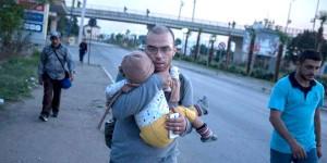 احمد فرزند یک سال و نیمه اش سزار را در آغوش دارد