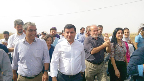 دمیرتاش یکی از دو رهبر حزب دمکراتیک خلق ها با هواداران حزب در راهپیمایی صلح شرکت کرده است