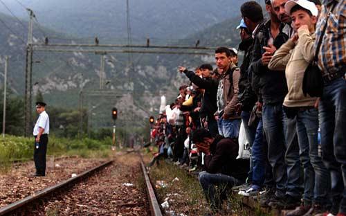 پناهجویان در انتظار قطار