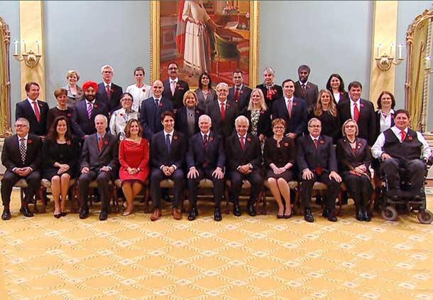 کابینه ی ترودو شامل 15 زن و 15 مرد است و خود نیز وزارت ورزش را در دست دارد