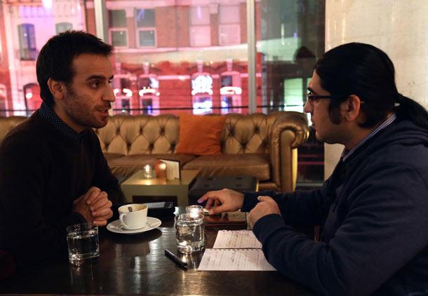 شهرام مکری (چپ) در گفت وگو با خبرنگار شهروند بهرنگ رهبری  عکس : نگین صمیمی