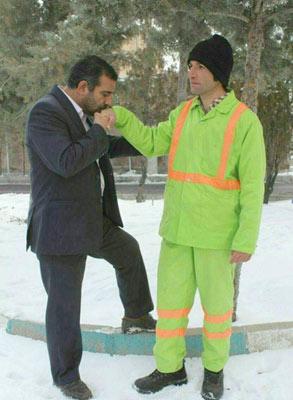 عکس تبلیغانی یکی از کاندیداهای مجلس شورای اسلامی آینده در حالی که دست یک رفتگر را می بوسد!