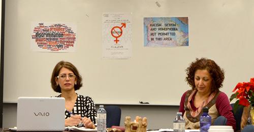 میترا صفاری (راست) ـ لیلی پورزند صفاری  مدیر کمیته فرهنگی کنگره ایرانیان کانادا گردانندگی جلسه سخنرانی لیلی پورزند را برعهده داشت