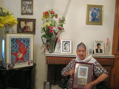 مادر بهکیش در میان عکس های فرزندان جانباخته اش