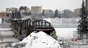 پل تاریخی ساسکاتون با حضور هزاران نفر تخریب شد