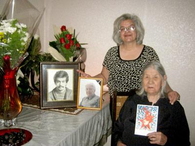 منصوره بهکیش در کنار مادر  در بزرگداشت درگذشت یکی از مادران خاوران