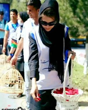 مریم ابراهیمی در اعتراضات خیابانی برای صلح گل پخش می کند